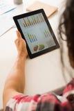 Analysieren des Finanzberichts Lizenzfreies Stockbild