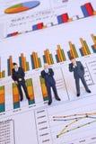Analysieren des Geschäftsberichtes Lizenzfreie Stockfotografie