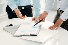 Analysieren des Geschäftsdokumentes Lizenzfreie Stockbilder