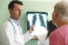 Analysieren des Röntgenstrahls Stockbild