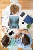 Analysieren eines Röntgenstrahls lizenzfreies stockbild