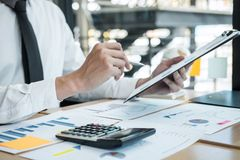 Analysieren und Rechenausgabenjährlicher FinanzberichtsBilanzjahresabschluß des Geschäftsmannbuchhalters arbeitender, tuend stockbild