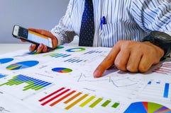 Analysieren von von Einkommensdiagrammen und -diagrammen mit Taschenrechner Abschluss oben Geschäftsfinanzanalyse und Strategieko Lizenzfreies Stockbild