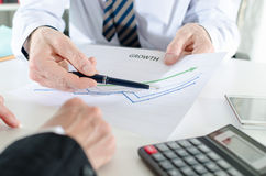 Analysieren von wachsenden Ergebnissen Lizenzfreie Stockfotos