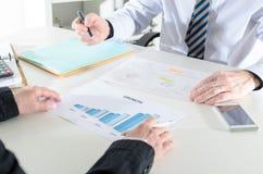 Analysieren von wachsenden Ergebnissen Lizenzfreies Stockfoto