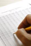 Analysierende Finanzdaten - Archivbild Lizenzfreie Stockbilder