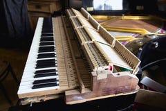 Analysierte Klavierreparatur stockbilder