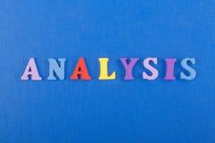 ANALYSord på blå bakgrund som komponeras från träbokstäver för färgrikt abc-alfabetkvarter, kopieringsutrymme för annonstext Royaltyfri Bild