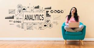 Analytics με τη γυναίκα που χρησιμοποιεί ένα lap-top απεικόνιση αποθεμάτων