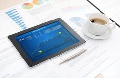 Analytics del mercado de acción en ipad de la manzana Imagen de archivo