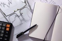 Analytics et stratégie d'affaires Vue supérieure d'espace de travail avec stationnaire, carnet, verres Matériel de vente de conce Photos libres de droits
