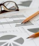 Analytics, gráficos y cartas del negocio Un dibujo esquemático en el PA imagen de archivo
