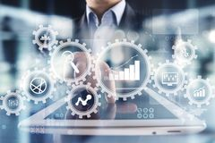 Analytics grande de los datos Concepto de la inteligencia empresarial del BI con los iconos de la carta y del gráfico en la panta imagen de archivo