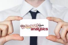 analytics Hombre de negocios en la camisa blanca con un lazo negro que muestra o Imagen de archivo libre de regalías