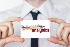 analytics Homme d'affaires dans la chemise blanche avec un lien noir montrant o Image libre de droits