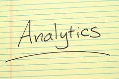 Analytics på ett gult lagligt block Arkivbilder