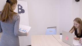 Analytiker auf bitcoin drei von ihnen Studieninformationen im Büro auf Diagrammen stock footage