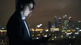 Analytiker, der die Finanzdaten im Internet grast Nachtpanoramische Stadt stock video footage