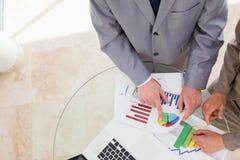Analytiker, die Forschungsdaten betrachten lizenzfreie stockfotografie