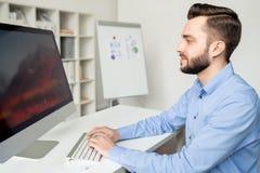 Analytiker framme av datoren royaltyfri bild