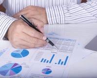 Analytiker legen Informationen vor lizenzfreie stockfotos