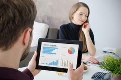 Analytiker som arbetar med statistik home working för affärsman Royaltyfria Foton