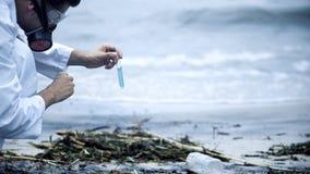 Analytiker som väntar på kemisk reaktion av prövkopian för att se resultat av vattenförorening royaltyfri fotografi