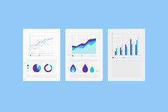Analytiska rapporter på det pappers- arket med uppsättningen av Infographic beståndsdelar Royaltyfri Foto
