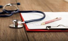 Anamnesi con lo stetoscopio e la penna Immagini Stock