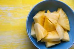 Ananasów kawałki na błękita talerzu fotografia stock