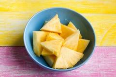 Ananasów kawałki na kolorowym tle zdjęcia royalty free