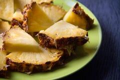Ananasów kawałki na popielatym tle zdjęcie royalty free
