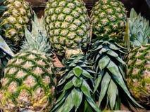 Ananas à vendre au marché images stock