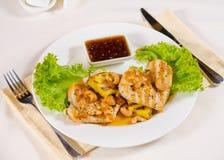 Ananas-Acajoubaum-Hühnerteller gedient im Restaurant Stockbild