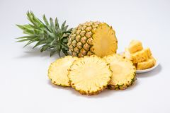 Ananas affettato isolato su priorità bassa bianca Fotografia Stock Libera da Diritti