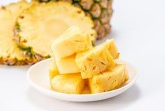Ananas affettato isolato su priorità bassa bianca Fotografia Stock