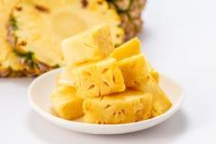 Ananas affettato isolato su priorità bassa bianca Fotografie Stock Libere da Diritti