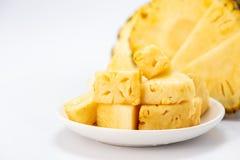 Ananas affettato isolato su priorità bassa bianca Immagine Stock