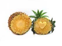 Ananas affettato nel cuore scolpito metà E decorato con pineap Fotografie Stock