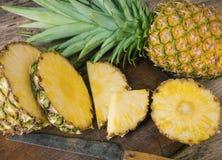 Ananas affettato su legno fotografia stock