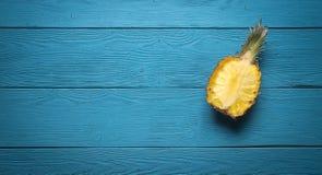 Ananas affettato sui bordi blu Fotografia Stock Libera da Diritti