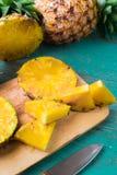 Ananas auf dem hölzernen Beschaffenheitshintergrund stockfotos