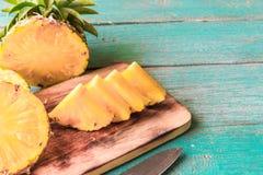 Ananas auf dem hölzernen Beschaffenheitshintergrund stockfotografie