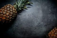 Ananas auf einem schwarzen Hintergrund Platz für Text Stockfoto