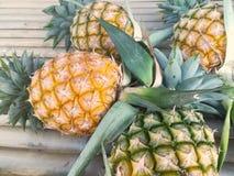Ananas auf hölzerner Tabelle Stockbilder