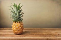 Ananas auf hölzerner Tabelle Stockbild