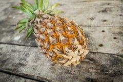Ananas auf hölzerner Tabelle Stockfotografie