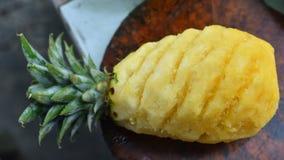 Ananas auf Holzklotz Stockfotografie