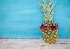 Ananas avec des lunettes de soleil de coeur Photos libres de droits