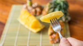 Ananas avec des parts Photographie stock libre de droits